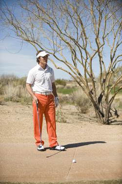 Den Golfball vom Wagen-Track zurück ins Spiel bringen